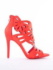 Czerwone sandały na szpilkach, z ozdobną ażurową cholewką