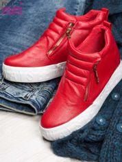 Czerwone skórzane buty slip on ze złotym suwakiem i napisem