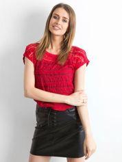 Czerwony ażurowy t-shirt z koronki
