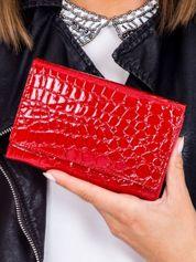 Czerwony portfel w tłoczony wzór