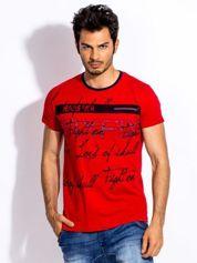 Czerwony t-shirt męski z tekstowym nadrukiem