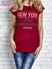 Czerwony t-shirt z napisem FASHION DISTRICT z dżetami