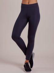 Długie jasnogranatowe legginsy fitness o średniej grubości