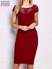 Dopasowana sukienka z koronkową wstawką bordowa