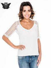 Ecru bluzka koszulowa z koronkowymi rękawami