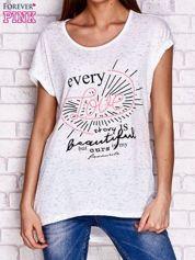 Ecru melanżowy t-shirt z tekstowym printem