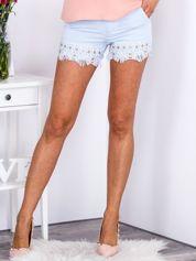 Eleganckie jasnoniebieskie szorty z ozdobną nogawką