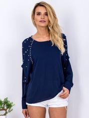 Granatowa bluzka z perełkami i drapowaniami na rękawach