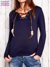 Granatowa bluzka z wiązaniem w stylu boho