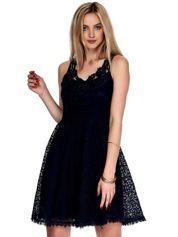 Granatowa koronkowa sukienka z ozdobnym dekoltem