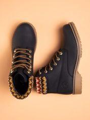 Granatowe buty trekkingowe damskie ocieplane traperki z jasnobeżową podeszwą i cholewką w dziany wzorzysty wzorek