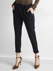Granatowe damskie spodnie z paskiem