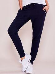 Granatowe spodnie dresowe z ażurowym wykończeniem kieszeni