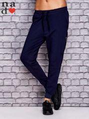 Granatowe spodnie dresowe z zasuwaną kieszonką