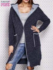 Granatowy sweter z dzianiny z kapturem