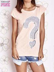 Jasnokoralowy t-shirt z nadrukiem znaku zapytania