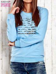 Jasnoniebieska bluza z tekstowym nadrukiem
