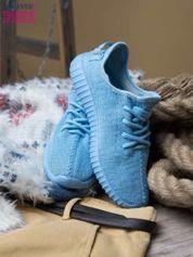 Jasnoniebieskie adidasy z tkaniny z uchwytem z tyłu