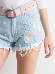 Jasnoniebieskie wystrzępione jeansowe szorty z perełkami