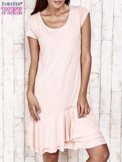 Jasnoróżowa sukienka dresowa z ozdobną falbaną