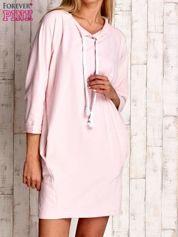 Jasnoróżowa sukienka z troczkami