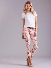 Jasnoróżowe spodnie w kwiaty