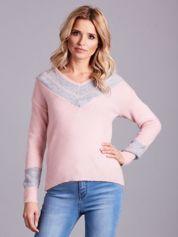 Jasnoróżowy sweter z dekoltem w serek