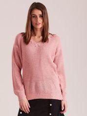 Jasnoróżowy sweter z perełkami