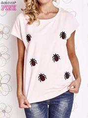 Jasnoróżowy t-shirt z aplikacją owadów