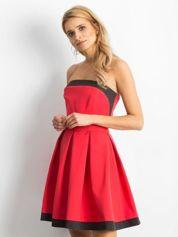 Koralowa sukienka z kontrastową lamówką