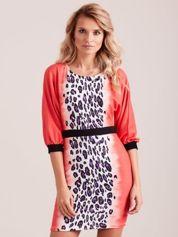 Koralowa sukienka z motywem panterki i czarnym paskiem