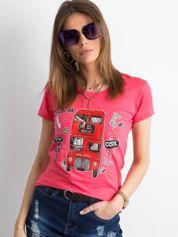 Koralowy damski t-shirt z nadrukiem