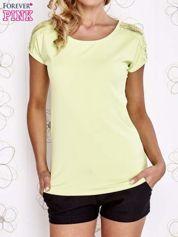 Limonkowy t-shirt z koronkowym wykończeniem rękawów