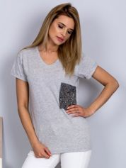 Luźny t-shirt V-neck z kieszenią z cyrkonii jasnoszary