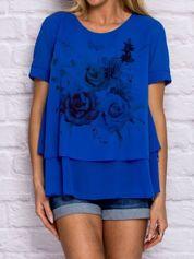 Niebieska bluzka z roślinnym motywem