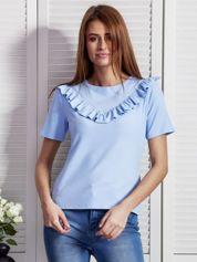 Niebieska bluzka z ukośnymi falbankami