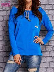 Niebieska bluzka z wiązaniem przy dekolcie i kieszenią