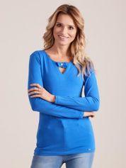 Niebieska dopasowana bluzka z ozdobnym dekoltem