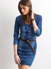 Niebieska dopasowana sukienka jeansowa