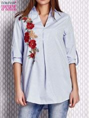 Niebieska koszula w paski z kwiatową naszywką