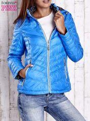 Niebieska pikowana kurtka z wykończeniem w groszki