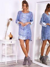 Niebieska sukienka oversize z cekinami w malarski deseń