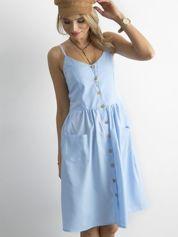 Niebieska sukienka z guzikami
