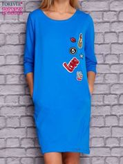 Niebieska sukienka z naszywkami