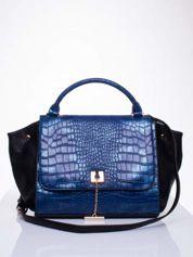 Niebieska torba z motywem skóry aligatora i złotym łańcuszkiem