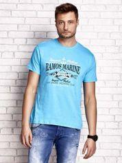 Niebieski t-shirt męski z napisami i kotwicą