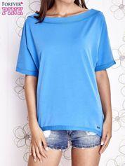 Niebieski t-shirt z dekoltem w łódkę