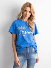 Niebieski t-shirt z napisem i aplikacją