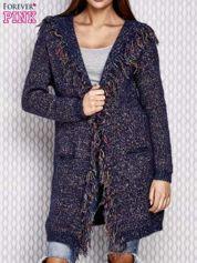 Niebieski włóczkowy sweter z kolorową nicią