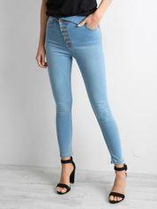 Niebieskie jeansy high waist z asymetrycznym zapięciem